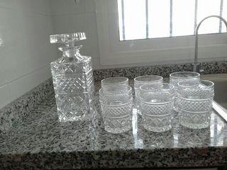 Botella y 6 vasos de cristal tallado para whiski.