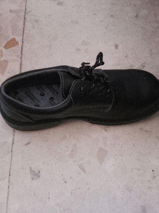 zapatos de seguridad nuevos a estrenar