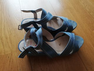 Sandalias tela color azul.
