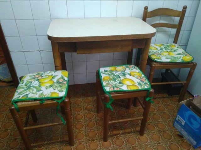 Mesa y sillas de cocina de segunda mano por 60 € en Gijón - wallapop