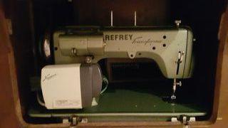 Máquina de coser antigua marca Refrey transforma