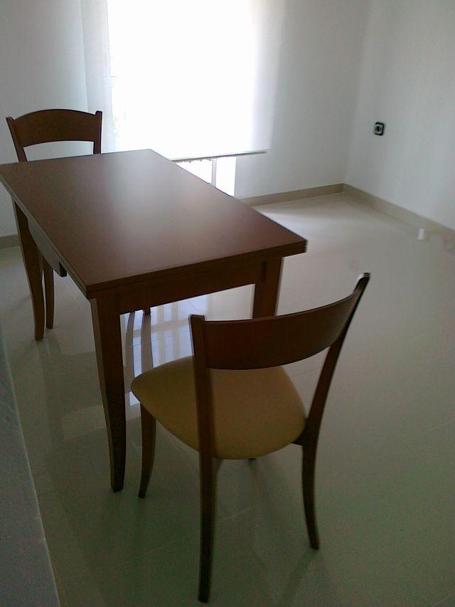 Mesa y 4 sillas cocina madera muy buen estado. de segunda mano por ...