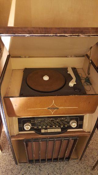 mueble radio y tocadiscos antiguo