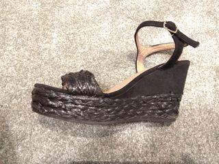 sandalias negras cuña