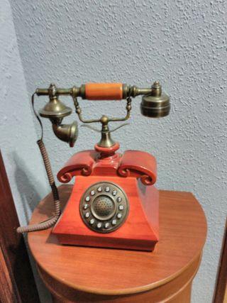 Teléfono madera antiguo