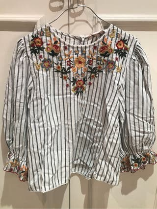 Shirt with flowers. Size M.