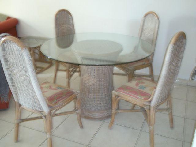 Mesa de comedor cristal redonda con cuatro sillas de segunda mano ...