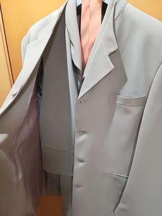 Traje con chaleco y corbata