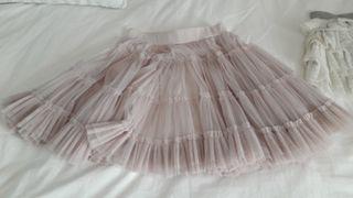 Falda corta rosa. Volantes. talla 12