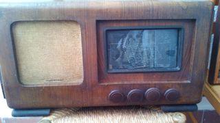 Radio muy antigua de valbulas