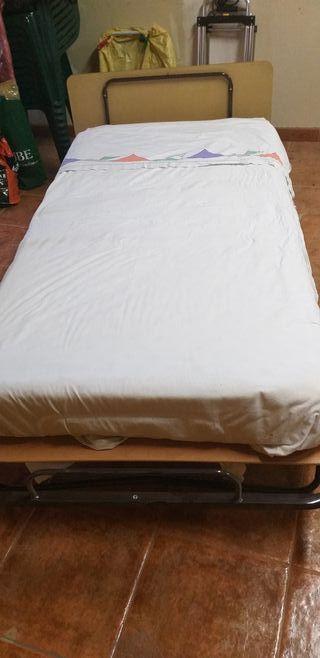 Cama individual con colchón y sabanas
