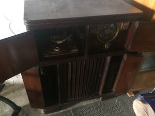 Mueble radio + tocadiscos antiguo.
