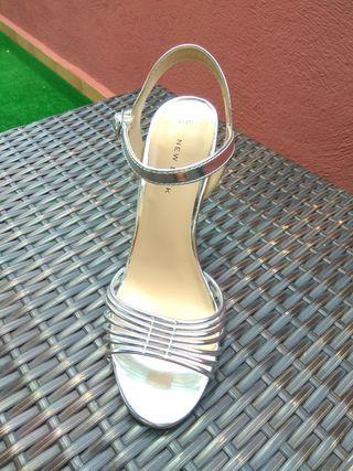 Sandalias de tacón alto (11cm) plateadas.