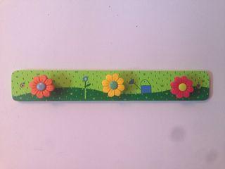 Perchero de pared con flores