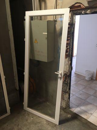 Puerta de aluminio con cristal. Y su marco.