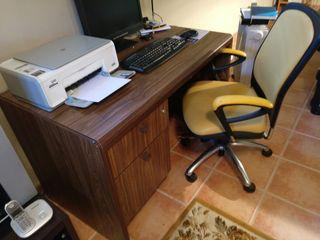 Mesa y silla de ordenador