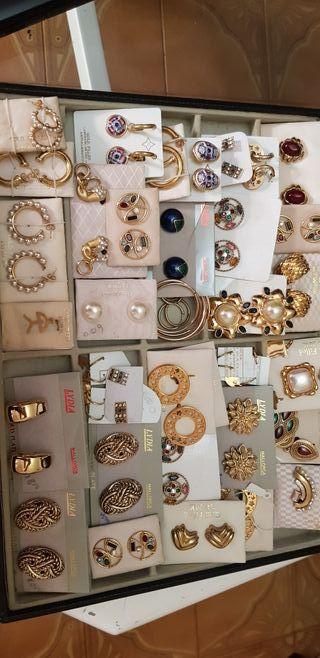 Pendientes, collares, anillos,cadenas y pulseras.