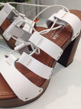 Sandalias blancas de verano y fiesta