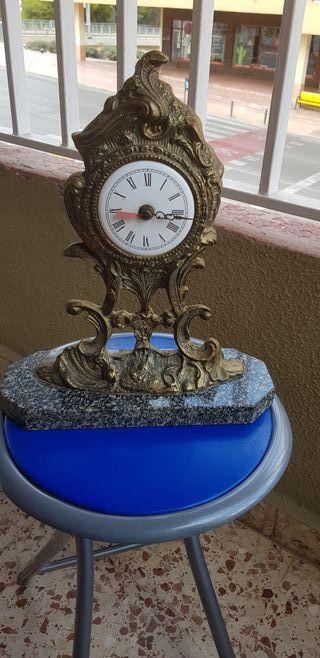 Conjunto reloj y 2 candelabros de bronce