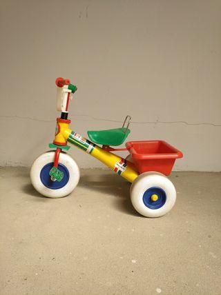 Triciclo infantil con cesta.