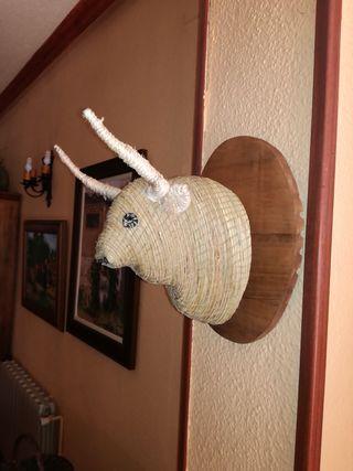 Cabeza de toro de esparto cosido
