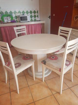 Mesa extensible y cuatro silllas