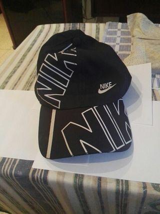 Gorra Nike negra de segunda mano en Barcelona en WALLAPOP 6805621631d