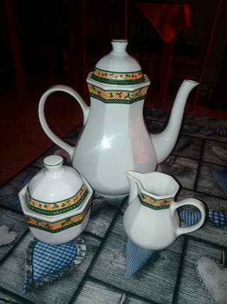 Tetera,Azucarero y Lechera de Porcelana