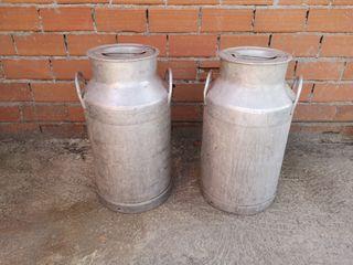 antiguo cántaro de aluminio