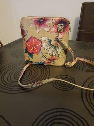 Bolso de piel beige con flores nuevo