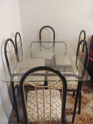 Mesa y 6 sillas de comedor.