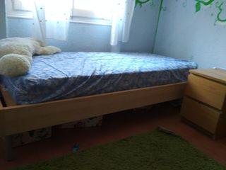 cama individual y mesita de noche