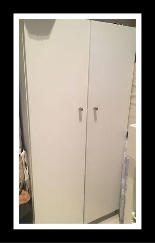 Armario de madera blanco con baldas en el interior