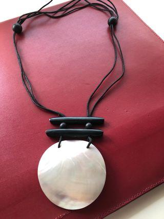 Collar medallon de nacar. Nuevo