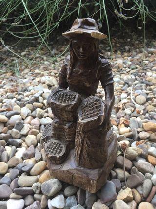 Figura de madera señora campesina