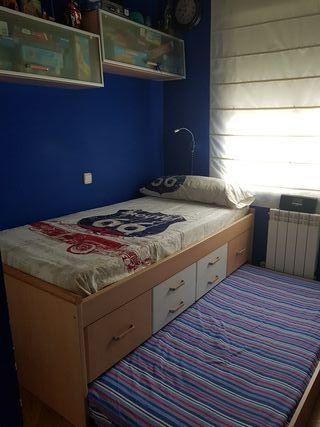 habitación infantil cama nido y estantes