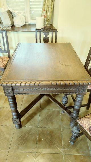 Mesa de salón con sillas