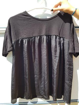 Camiseta con vuelo de raso negra