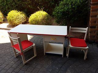 Mesa infantil para niños con dos sillas