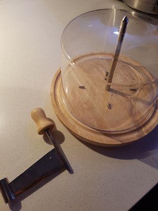 Quesera y cortador de queso curado