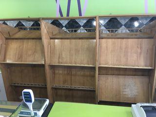 3 expositores, estantería de madera con espejos