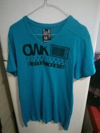 camiseta azul de chico
