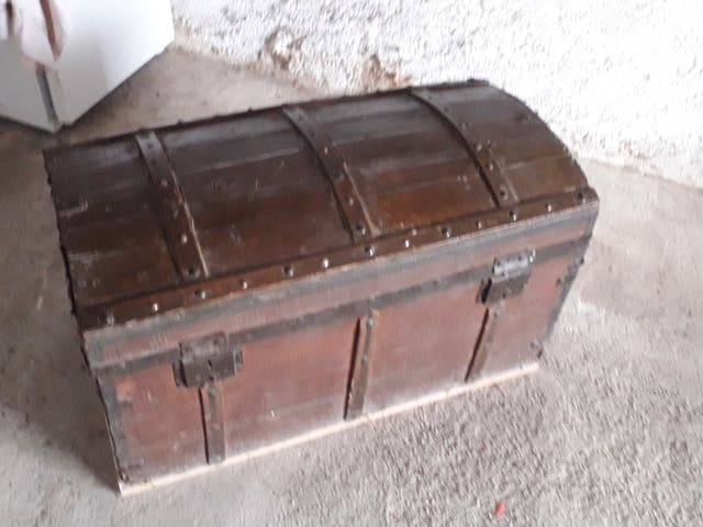 baul (madera, bandas metalicas)