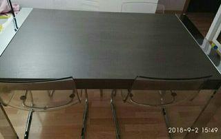 Se vende mesa de comedor, de regalo dos sillas