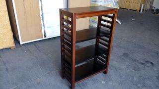 bonita estanteria de madera marrón oscuro