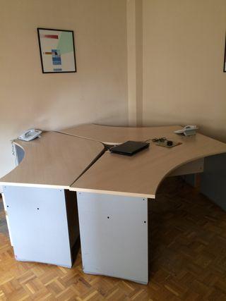 Mesa de oficina triple con tres puestos