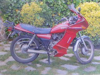 Yamaha 250 clasica con carenado.
