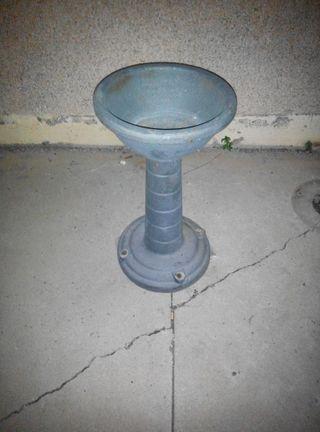 Fuente de acero fundido, color gris oscuro