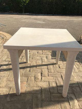 Mesas blancas de plástico