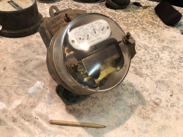 Contador eléctrico analógico muy antiguo